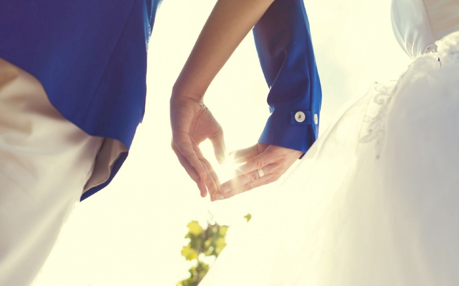 Hands-holding-couple-love-images